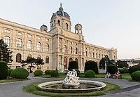 Kunsthistorisches Museum und Brunnen am Maria-Theresien-Platz, Wien, Österreich, UNESCO-Weltkulturerbe<br /> Museum of Fine Arts, Vienna, Austria, world heritage