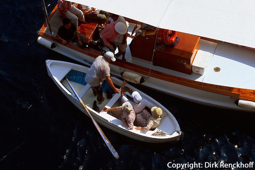 Besucherboote vor der blauen Grotte (Grotta Azzura), Capri, Italien
