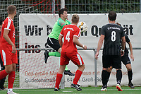 Tim Kistner (Geinsheim) hält gegen Luca Gerlach (Büttelborn) - Büttelborn 03.10.2021: SKV Büttelborn vs. SV 07 Geinsheim, Gruppenliga