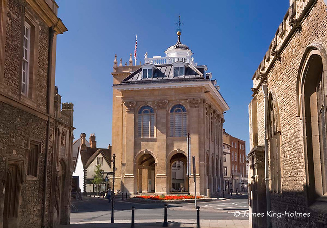 The County Hall in Abingdon-on-Thames. The Hall was built between 1677 and 1682 with stone and funding provided by Christopher Kempster, who is believed to have worked with Wren on St Paul's Cathedral in London.