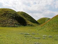 Grabhügel im Noseodong--Park, Gyeongju, Provinz Gyeongsangbuk-do, Südkorea, Asien, UNESCO-Weltkulturbe<br /> burial mound in Noseodong park, Gyeongju,  province Gyeongsangbuk-do, South Korea, Asia, UNESCO world-heritage