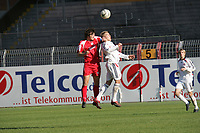 Kopfballduell zwischen Christian Telch (FSV Mainz 05) und Alex Buch (FC Bayern M¸nchen)