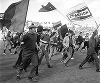 18 Mai 1969. Vue d'un groupe de supporters du Stade Toulousain sur la pelouse de Gerland.