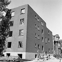 Immeubles en cours de démolition sur les rues du Plateau et Winning. / Florent Charbonneau. - 6 juin 1960.