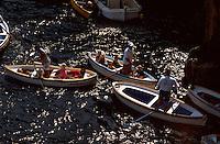 Italien, Capri, Besucherboote vor blauer Grotte (Grotta Azzura)