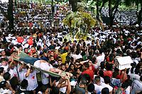 Durante a procissao centenas de pessoas passam mal e tem de ser atendidas emergencialmente pelas equipes da Cruz Vermelha <br />No Círio de Nossa Senhora de Nazaré cerca de 1.500.000 romeiros acompanham a berlinda que leva a imagem da Santa durante a procissão que ocorre a mais de 200 anos. Sendo considerada uma das maiores procissões religiosas do planeta.<br />Belém-Para-Brasil<br />©Foto: Paulo Santos/ Interfoto<br />12/10/2003<br />Digital