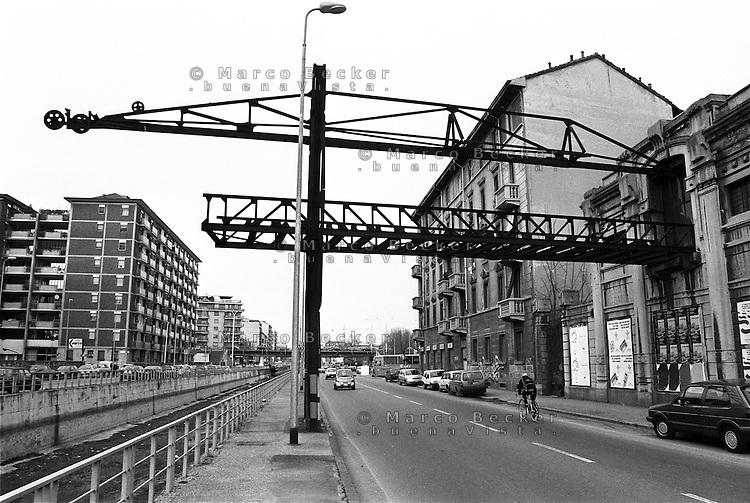 Milano, quartiere Stadera, periferia sud. La vecchia gru (1912) dell' ex deposito di farina Molini Certosa lungo il Naviglio Pavese --- Milan, Stadera district, south periphery. Old crane (1912) of Molini Certosa flour depot over the canal naviglio Pavese