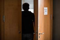 Am 28. April 2016 fand die 16. Sitzung des 2. NSU-Untersuchungsausschusses des Deutschen Bundestag statt. <br /> Als Zeugen waren gelanden:<br /> Dr. Tilmann Halder Diplom-Chemiker (Brandgutachter vom LKA-BW),  Kriminaloberkommissar Manfred Nordgauer (LKA Stuttgart) und Diplom-Physikerin Sandra Kruse (Bundeskriminalamt - Kriminaltechnisches Institut (KT52))<br /> Im Bild: Eine Person beim Eintritt in den Sitzungssaal.<br /> 28.4.2016, Berlin<br /> Copyright: Christian-Ditsch.de<br /> [Inhaltsveraendernde Manipulation des Fotos nur nach ausdruecklicher Genehmigung des Fotografen. Vereinbarungen ueber Abtretung von Persoenlichkeitsrechten/Model Release der abgebildeten Person/Personen liegen nicht vor. NO MODEL RELEASE! Nur fuer Redaktionelle Zwecke. Don't publish without copyright Christian-Ditsch.de, Veroeffentlichung nur mit Fotografennennung, sowie gegen Honorar, MwSt. und Beleg. Konto: I N G - D i B a, IBAN DE58500105175400192269, BIC INGDDEFFXXX, Kontakt: post@christian-ditsch.de<br /> Bei der Bearbeitung der Dateiinformationen darf die Urheberkennzeichnung in den EXIF- und  IPTC-Daten nicht entfernt werden, diese sind in digitalen Medien nach §95c UrhG rechtlich geschuetzt. Der Urhebervermerk wird gemaess §13 UrhG verlangt.]
