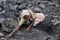 INDIEN Jharia Menschen sammeln Kohle am Rande eines Kohletagebaus zum Verkauf als Koks auf dem Markt | .INDIA Jharkhand Jharia people collect coal from coalfield to sell as coke on the market for the livelihood of her family