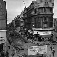 Rue d'Alsace-Lorraine. Le 19 Juillet 1961. Vue de la rue Alsace-Lorraine pour divers travaux : démontage du pavage, enlèvement des rails, construction de deux égouts, pose de deux conduites d'eau, installation de deux conduites de gaz et reconstruction de la chaussée.