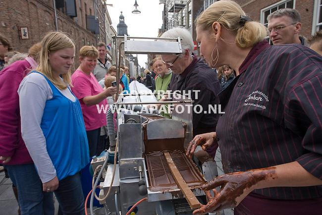 Zutphen 190910 Chocoladefestival <br /> De langste chocoladebonbon ter wereld ,meer dan 80 meter wordt gemaakt.<br /> Foto Frans Ypma APA-foto
