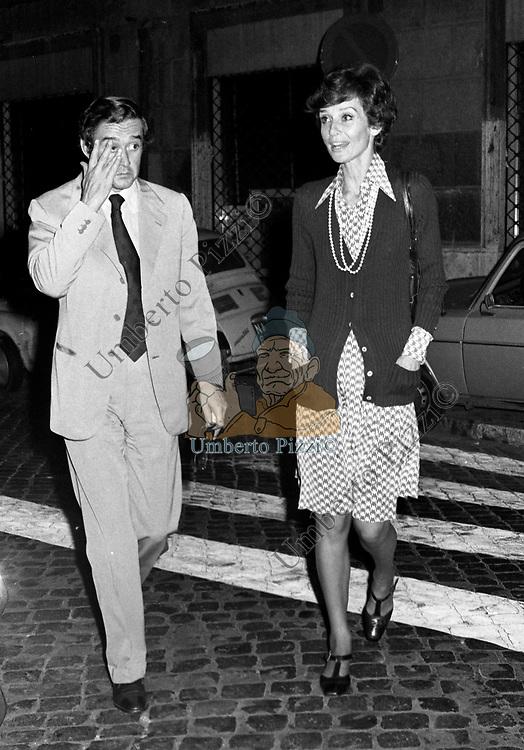 AUDREY HEPBURN CON ANDREA DOTTI<br /> USCITA DALLA TAVERNA FLAVIA 1973