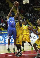BOGOTA -COLOMBIA-07-06-2014. Emiro Romero   (Izq) de Guerreros de Bogota disputa el balon con Andres Hinestroza  (Der)  de Cimarrones de Quibdo durante el cuarto  partido por la final de La Liga Directv 1 de baloncesto jugado en el coliseo El Salitre . Emiro Romero  (L)  of Guerreros de Bogota dispute the ball with Andres Hinestroza (Der)  of Cimarrones de Quibdo during game four by the end of La Liga Directv 1 basketball played at the Coliseum El Salitre. Photo: VizzorImage / Felipe Caicedo /  Staff