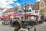 Deutschland, Rheinland-Pfalz, Neustadt an der Weinstrasse: Restaurants und Cafés am Marktplatz mit Loewenstatue | Germany, Rhineland-Palatinate, Neustadt an der Weinstrasse: Cafés and restaurants at market square with lion sculpture