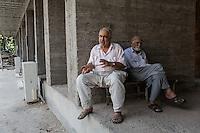 Des vieux amis, installés au pied d'une mosquée en construction, à Adiyaman.