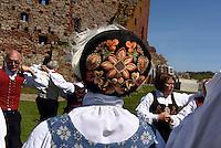 Treffen von skandinavischen Volkstanzgruppen, Burgruine Hammershus aus dem 13. Jh. auf der Insel Bornholm, Dänemark, Europa<br /> concourse of Scandinavian Folkdance gruops , Casle Hammershus, Isle of Bornholm, Denmark