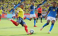 BARRANQUILLA – COLOMBIA, 10-10-2021: Martínez de Colombia (COL) y Militao de Brasil (BRA) dispután el balón durante partido entre los seleccionados de Colombia (COL) y Brasil (BRA), de la fecha 10 por la clasificatoria a la Copa Mundo FIFA Catar 2022, jugado en el estadio Metropolitano Roberto Meléndez en la ciudad de Barranquilla. / Martínez of Colombia (COL) and Militao of Brasil (BRA) vie for the ball during match between the teams of Colombia (COL) and Brasil (BRA), of the 10th date for the FIFA World Cup Qatar 2022 Qualifier, played at Metropolitan stadium Roberto Melendez in Barranquilla city. Photo: VizzorImage / Jairo Cassiani / Contribuidor