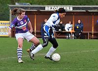 Beerschot AD - KVK Tienen : Isabelle Ebhodaghe aan de bal voor Annelies Van Den Bergh.foto DAVID CATRY / JOKE VUYLSTEKE / Vrouwenteam.be
