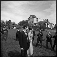 château du Cayrou (Lot). 12-16 Octobre 1966. Vue du couple princier du Danemark dans la propriété du château du Cayrou au milieu des photographes.