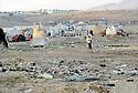 Irak 2000.Le camp de Talahi  avec au premier plan les tentes ou vivent les familles kurdes revenant d'Iran. En arriere plan, la nouvelle ville qui doit les accueillira aprés des mois et mème quelques années d'attente..Iraq 2000.Tents in Talahi camp and new houses behind