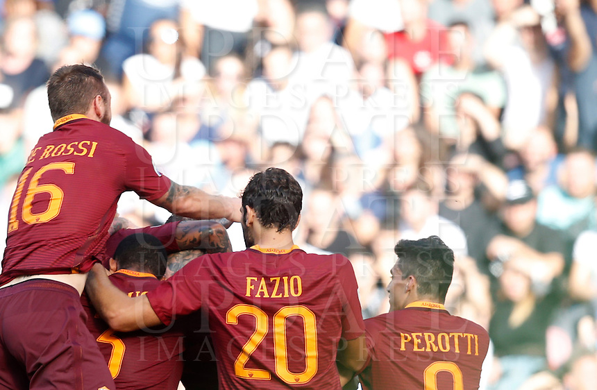 Calcio, Serie A: Napoli vs Roma. Napoli, stadio San Paolo, 15 ottobre. <br /> Roma's Edin Dzeko is hidden by teammates' hugs after scoring during the Italian Serie A football match between Napoli and Roma at Naples' San Paolo stadium, 15 October 2016. Roma won 3-1.<br /> UPDATE IMAGES PRESS/Isabella Bonotto