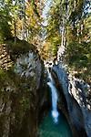 Deutschland, Bayern, Rosenheimer Land, bei Oberaudorf: der Tatzelwurm (auch Tatzlwurm genannt) ist ein 95 m hoher Wasserfall des Auerbachs im Mangfallgebirge, einem Teil der Bayerischen Alpen, westlich von Oberaudorf nahe dem Westende der Tatzelwurmstrasse | Germany, Bavaria, Rosenheimer Land, near Oberaudorf: Tatzelwurm waterfall