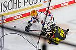 Bremerhavens STANISLAVDIETZ (Nr.67) im Zweikampf mit Krefelds Brett Olson (Nr.16)  am Boden beim Spiel in der Gruppe Nord der DEL, Krefeld Pinguine (schwarz) – Fischtown Pinguins Bremerhaven (weiss).<br /> <br /> Foto © PIX-Sportfotos.de *** Foto ist honorarpflichtig! *** Auf Anfrage in hoeherer Qualitaet/Aufloesung. Belegexemplar erbeten. Veroeffentlichung ausschliesslich fuer journalistisch-publizistische Zwecke. For editorial use only.