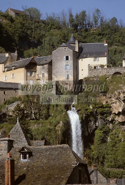 Europe/France/Midi-Pyrénées/12/Aveyron/Salles-la-Source : La cascade (résurgence d'une rivière souterraine qui sort du causse du Comtal sous forme de cascade) et le village supérieur