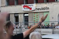 Protest gegen eine Wahl-Diskussionsveranstaltung mit AfD-Beteiligung.<br /> Etwa 100 Menschen protestierten in Berlin-Neokoelln gegen eine Diskussionsveranstaltung der Reihe GehtAuchAnders zur Berliner Abgeordnetenhauswahl 2016 im Heimathafen Neukoelln.<br /> Die Veranstalter hatten sechs Kandidaten der wahrscheinlich in der kommenden Legislaturperiode im Abgeordnetenhaus vertretenen Parteien eingeladen. Die Kandidaten mussten sich in einer ersten Runde anonym Fragen von stadtpolitischen Gruppen stellen. Im Anschluss gab es eine Podiumsdiskussion zu stadtpolitischen Themen, bei der die Kandidaten fuer das Publikum sichtbar waren.<br /> Als Diskutanten nahmen teil: Dr. Matthias Kollatz-Ahnen, (SPD) Finanzsenator; Christian Goiny, MdA (CDU), medienpolitischer Sprecher Katrin Lompscher; MdA (Linkspartei), stellv. Fraktionsvorsitzende und Sprecherin fuer Stadtentwicklung, Bauen und Wohnen; Antje Kapek, MdA (Buendnis 90/Die Gruenen), Fraktionsvorsitzende und Spitzenkandidatin;  Bernd Schloemer (FDP), Spitzenkandidat Friedrichshain-Kreuzberg und ehem. Vorsitzender Piratenpartei; Karsten Woldeit (AfD), Platz 2 der Landesliste und Direktkandidat in Lichtenberg. Moderiert wurde die Veranstaltung von P.R. Kantate (Musiker) und Jakob Preuss (Filmemacher).<br /> Zwischen Anhaengern der rassistischen AfD und AfD-Gegnern kam es zu Poebeleien und Beleidigungen. Ordner verwiesen mehrere Personen aus dem Veranstaltungssaal.<br /> Die Veranstalter von GehtAuchAnders, Kuenstler aus Berlin, veranstalten in unregelmaessigen Abstaenden Diskussionsabende zu politischen Themen.<br /> 13.9.2016, Berlin<br /> Copyright: Christian-Ditsch.de<br /> [Inhaltsveraendernde Manipulation des Fotos nur nach ausdruecklicher Genehmigung des Fotografen. Vereinbarungen ueber Abtretung von Persoenlichkeitsrechten/Model Release der abgebildeten Person/Personen liegen nicht vor. NO MODEL RELEASE! Nur fuer Redaktionelle Zwecke. Don't publish without copyright Christian-Ditsch.de, Veroeffentlichung nur mit Fot