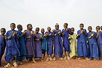 MALI Mopti, muslim children collect money for mosque construction by chanting quaran surah with wooden rattle / muslimische Kinder mit Holzrasseln sammeln Geld fuer den Bau einer Moschee, die Kinder gehoeren der Ethnie der Peulh an