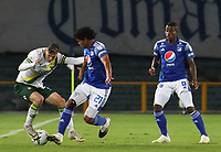 BOGOTA - COLOMBIA, 02-10-2020: Carlos Pereira de Millonarios disputa el balón con Johan Caballero de Bucaramanga durante partido entre Millonarios y Atlético Bucaramanga por la fecha 11 de la Liga BetPlay DIMAYOR 2020 jugado en el estadio Nemesio Camacho El Campin de la ciudad de Bogotá. / Carlos Pereira of Millonarios fights for the ball with Johan Caballero of Bucaramanga during match between Millonarios and Atletico Bucaramanga for the date 11 of the BetPlay DIMAYOR League 2020 played at the Nemesio Camacho El Campin Stadium in Bogota city. Photo: VizzorImage / Santiago Cortes / Staff.