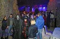 Besucher im Hof der Burg Frankenstein - Mühltal 03.11.2018: Halloween auf der Burg Frankenstein