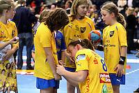 Die Leipzigerinnen gewannen auch das zweite Spiel der Gruppenphase in der Champions League. Im Bild: Maike Daniels gibt Nachwuchsspielerinnen nach dem Spiel Autogramme. Foto: Ines Christ