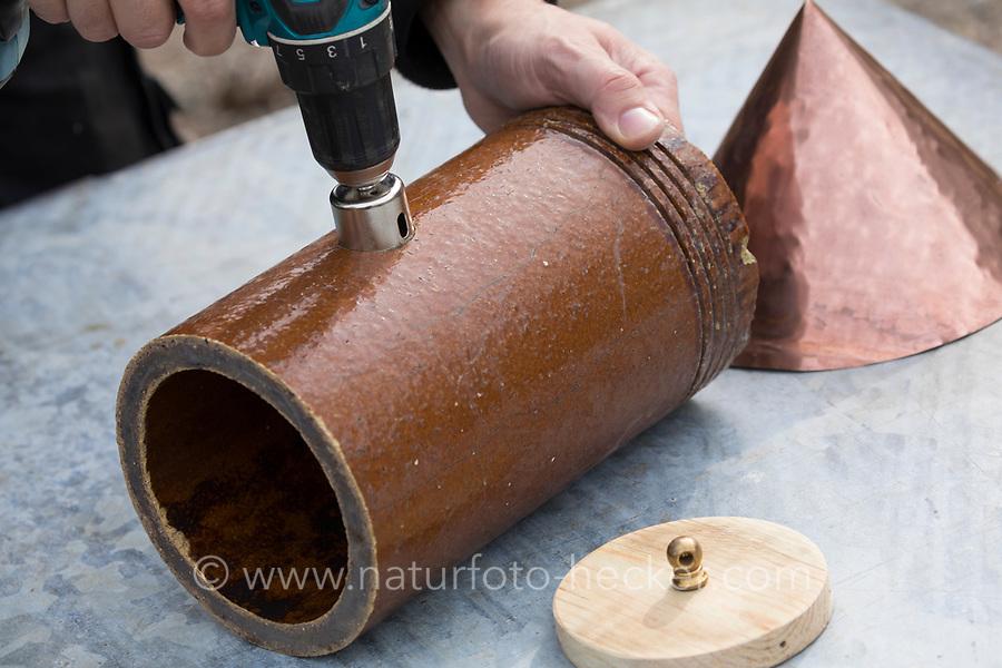 Ein Stück einer Tonröhre wird umgebaut zum Nistkasten, Vogelnistkasten, Meisenkasten, Deko, Dekoration. Schritt 1: Mit einem Lochbohrer wird das Einflugloch in die Röhre gebohrt. Upcycling, Bastelei.