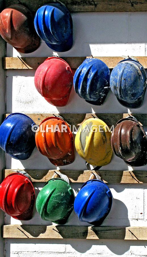 Capacetes de proteção em construção civil.Foto de Manuel Lourenço.