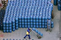 Depósito de botijão de gás. São Paulo. 2006. Foto de Caetano Barreira.