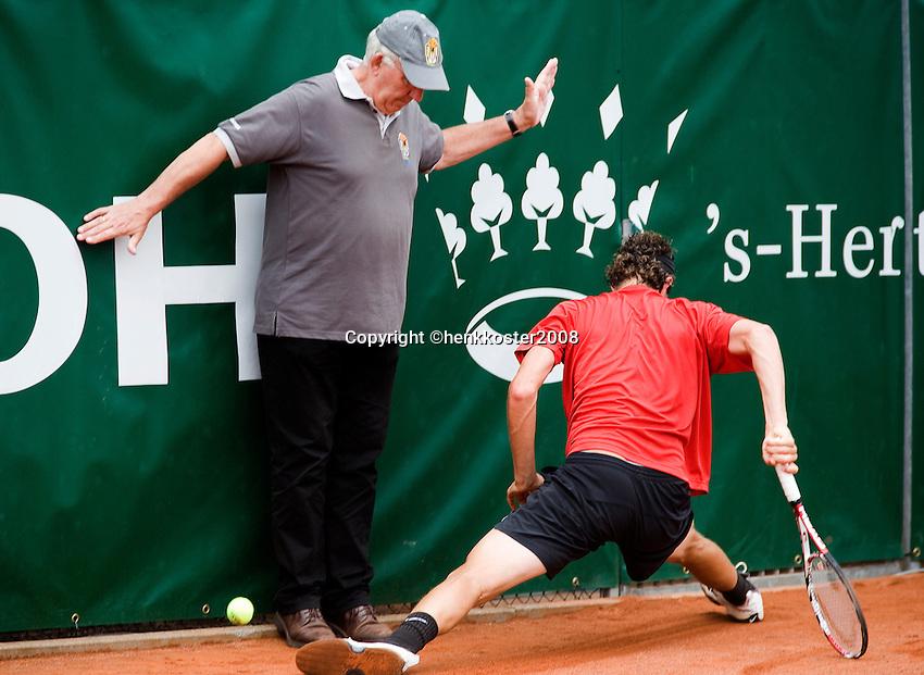 17-8-08, Den Bosch, Tennis, Nationale Kampioenschappen,  Jasper Smit    maakt een spagaat in achtervolging van de bal en ramt bijna een lijnrechter