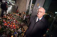 """Trauerbekundungen vor der franzoesischen Botschaft in Berlin anlaesslich der Ermordung von Redakteuren der Satierezeitschrift """"Charlie Hebdo"""" am 7. Januar 2015 in Paris.<br /> Bei einem Anschlag mit vorgeblich religioesen Motiven wurden zehn Mitarbeiter und Redakteure und zwei Polizisten durch Terroristen erschossen. Die Satierezeitschrift Charlie Hebdo war in der Vergangenheit mehrfach Ziel muslimischen Protesten, so wurden nach der Veroeffentlichung der """"Mohamed-Karrikaturen"""" das Redaktionsgebaeude am 2. November 2011 durch einen Brandanschlag zerstoert.<br /> Berlinerinnen und Berliner haben vor der Botschaft Blumen und Schilder mit der Aufschrift """"Je suis Charlie"""" (Ich bin Charlie), niedergelegt.<br /> Im Bild: Der franzoesische Botschafter Philippe Etienne.<br /> 8.1.2015, Berlin<br /> Copyright: Christian-Ditsch.de<br /> [Inhaltsveraendernde Manipulation des Fotos nur nach ausdruecklicher Genehmigung des Fotografen. Vereinbarungen ueber Abtretung von Persoenlichkeitsrechten/Model Release der abgebildeten Person/Personen liegen nicht vor. NO MODEL RELEASE! Nur fuer Redaktionelle Zwecke. Don't publish without copyright Christian-Ditsch.de, Veroeffentlichung nur mit Fotografennennung, sowie gegen Honorar, MwSt. und Beleg. Konto: I N G - D i B a, IBAN DE58500105175400192269, BIC INGDDEFFXXX, Kontakt: post@christian-ditsch.de<br /> Bei der Bearbeitung der Dateiinformationen darf die Urheberkennzeichnung in den EXIF- und  IPTC-Daten nicht entfernt werden, diese sind in digitalen Medien nach §95c UrhG rechtlich geschuetzt. Der Urhebervermerk wird gemaess §13 UrhG verlangt.]"""