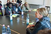 Ca. 50 Fluechtlinge und Unterstuetzer haben am Mittwoch den 17. September 2014 die Parteizentrale von Buendnis 90/Die Gruenen in Berlin besetzt. Sie forderten, dass die Vertreter von Gruenen Landesregierungen am Freitag den 19. September 2014 in der Sitzung des Bundesrates gegen die weitere Verschaerfung des Asylrechts stimmen. Die Verschaerfung wuerde nach Aussagen von Besetzern auf einer kurzfristig einberufenen Pressekonferenz, die faktische Abschaffung des Asylrechts bedeuten.<br /> Die Mitarbeiter und die Parteifuehrung solidarisierten sich mit dem Anliegen der Besetzer, wollten aber keine Zusage ueber das Abstimmungsverhalten im Bundesrat machen. Die Polizei wurde von den Hausherren nicht an das Gebaeude gelassen und auch eine Raeumung durch die Polzei wurde abgelehnt. Die Polizei hielt sich daraufhin zurueck.<br /> Die Parteichefin Simone Peters (rechts im Bild) lud die Besetzer nach deren Pressekonferenz zu einem Gespraech und diskutierte mit ihnen.<br /> 17.9.2014, Berlin<br /> Copyright: Christian-Ditsch.de<br /> [Inhaltsveraendernde Manipulation des Fotos nur nach ausdruecklicher Genehmigung des Fotografen. Vereinbarungen ueber Abtretung von Persoenlichkeitsrechten/Model Release der abgebildeten Person/Personen liegen nicht vor. NO MODEL RELEASE! Don't publish without copyright Christian-Ditsch.de, Veroeffentlichung nur mit Fotografennennung, sowie gegen Honorar, MwSt. und Beleg. Konto: I N G - D i B a, IBAN DE58500105175400192269, BIC INGDDEFFXXX, Kontakt: post@christian-ditsch.de<br /> Urhebervermerk wird gemaess Paragraph 13 UHG verlangt.]