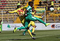 BOGOTÁ - COLOMBIA, 26-01-2019:Hansel Zapata (Der.) jugador de La Equidad  disputa el balón con Bayron Garces (Izq.) jugador del  Atlético Huila durante partido por la fecha 1 de la Liga Águila I 2019 jugado en el estadio Metropolitano de Techo de la ciudad de Bogotá. /Hansel Zapata (R) player of La Equidad fights the ball  against of Bayron Garces (L) player of Atletico Huila during the match for the date 1 of the Liga Aguila I 2019 played at the Metroplitano de Techo  stadium in Bogota city. Photo: VizzorImage / Felipe Caicedo / Staff.