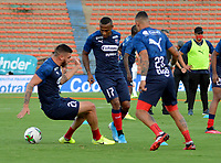 MEDELLIN- COLOMBIA, 27-09-2020: Jugadores del Deportivo Independiente Medellin calientan previo al partido entre Deportivo Independiente Medellin y Deportivo Pereira, de la fecha 10 de la Liga BetPLay DIMAYOR I 2020 jugado en el estadio Deportivo Cali (Palmaseca) de la ciudad de Palmira. / Players of the Deportivo Independiente Medellin warm up prior a match between Deportivo Independiente Medellin and Deportivo Pereira, of the 10th date for the BetPLay DIMAYOR Leaguaje I 2020 played at the Atanasio Girardot Stadium in Medellin city. / Photo: VizzorImage / Luis Benavides / Cont.