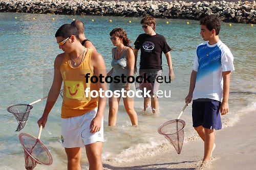 Young people looking for jellyfishes at the beach of El Toro, Calvia<br /> <br /> Jóvenes buscando medusas en la playa de El Toro, Calvià<br /> <br /> Junge Leute suchen nach Quallen am Strand von El Toro, Calvia<br /> <br /> 3008 x 2000 px<br /> 150 dpi: 50,94 x 33,87 cm<br /> 300 dpi: 25,47 x 16,93 cm