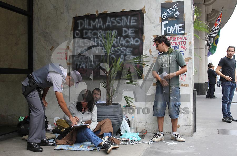 AO PAULO - SP, 23 JANEIRO 2013 - PROTESTO CONTRA OCUPACAO DO ASSENTAMENTO MILTON SANTOS -  Ativistas que apoiam o assentamento Milton Santos em Americana(SP), são vistos acorrentados na tarde desta quarta-feira na Avenida Paulista, em frente ao escritório da Presidência da República em São Paulo. Eles protestam contra a reintegração de posse do assentamento marcada para o fim do mês, onde vivem  (FOTO: LEVY RIBEIRO / BRAZIL PHOTO PRESS)