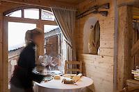 """Europe/France/Rhone-Alpes/73/Savoie/St-Marcel: Hotel-restaurant """"La Bouitte""""   le personnel dresse la salle"""