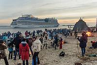 Kreuzfahrschiff AIDAmar beim Osterfeuer, Feuer Knüll,  in Hamburg Blankenese, Deutschland<br /> Cruiser AIDAmar at Easter bonfire, bonfire Krüll, in Hamburg Blankenese, Germany, Europe