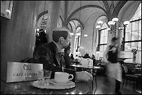Europe/Autriche/Niederösterreich/Vienne: Café traditionnel viennois:  Le Café Central, Palais Ferstel, Herrengasse - Statue en papier maché  du poète Peter Altenberg
