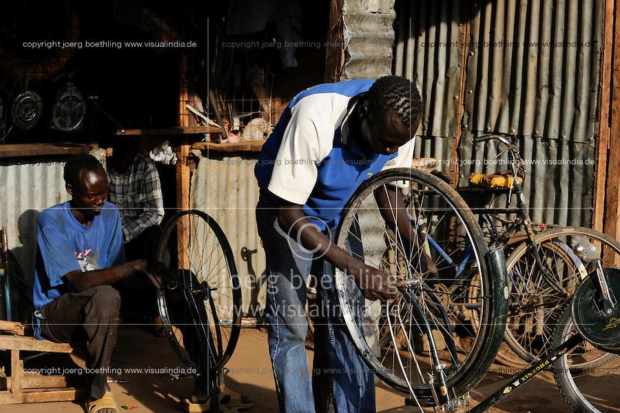 KENYA Turkana Region, UNHCR refugee camp Kakuma, where permanent 80.000 refugees from Somalia, Ethiopia, South Sudan are living, bicycle workshop / KENIA UNHCR Fluechtlingslager Kakuma in der Turkana Region , hier leben ca. 80.000 Fluechtlinge aus Somalia Sudan Aethiopien, Fahrrad Werkstatt