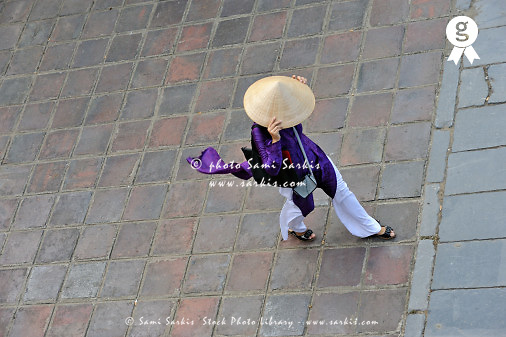 Woman walking in traditional dress (Licence this image exclusively with Getty: http://www.gettyimages.com/detail/83154183 )