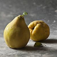 Gastronomie générale: Le coing fruit du cognassier:  Cydonia oblonga - Stylisme : Valérie LHOMME
