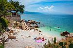 Croatia, Kvarner Gulf, Novi Vinodolski: public pebble and rocky beach, west of Marina Novi | Kroatien, Kvarner Bucht, Novi Vinodolski: oeffentlicher Kies- und Felsstrand westlich des Yachthafens Marina Novi